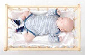 Für die Wiege zu großgeworden.Ein Kinderbett mit Bettschutzgitter kommt als nächstes.