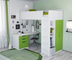 Platzsparend mit Kleiderschrank und Schreibtisch